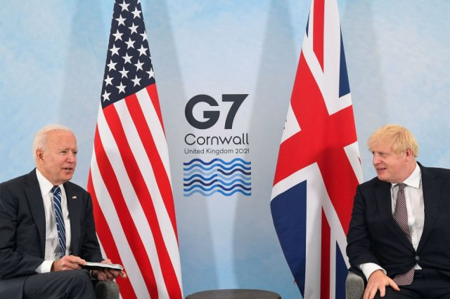 美國總統拜登(左)與英國首相強生(右)6月7日在英國康瓦爾郡進行雙邊會談。(TOBY MELVILLE/POOL/AFP via Getty Images)