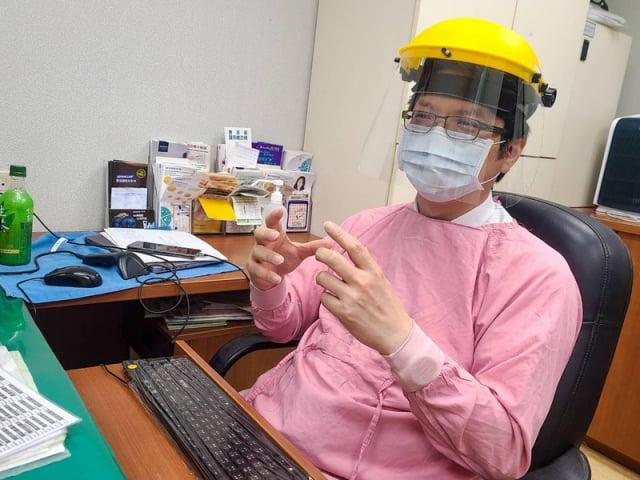 林口長庚醫院皮膚部部長、藥物過敏中心主任鐘文宏表示,過敏族確實有較高風險發生疫苗過敏,但都可以藥物治療,仍可安心施打。(中央社)
