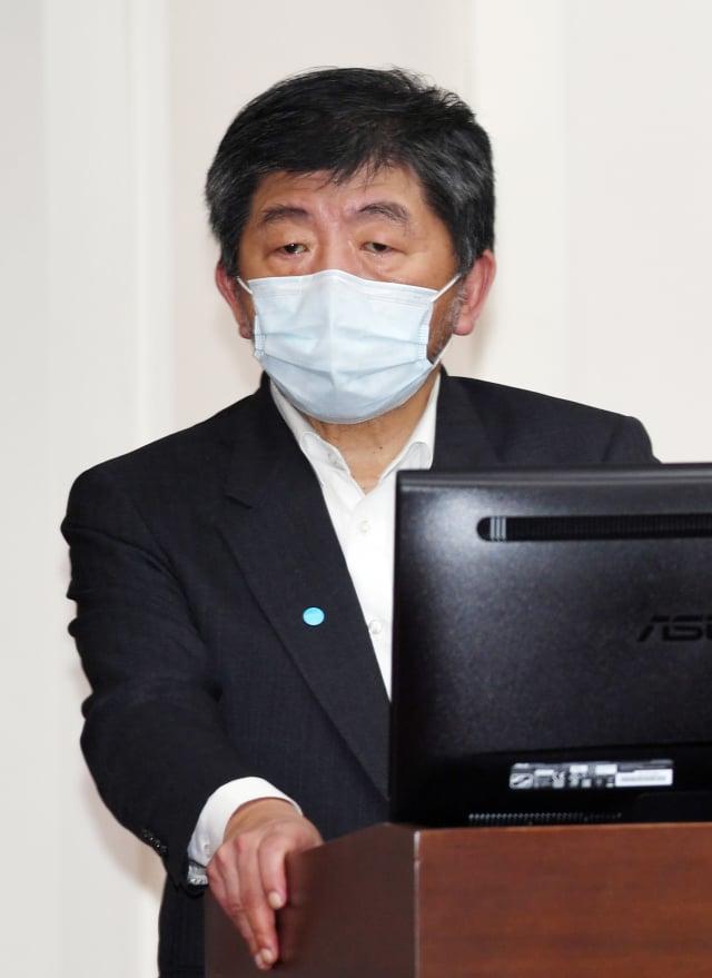 衛福部長陳時中11日表示,出國不會因是否有打疫苗被阻斷入境,只是檢疫方式有所差別。(中央社)