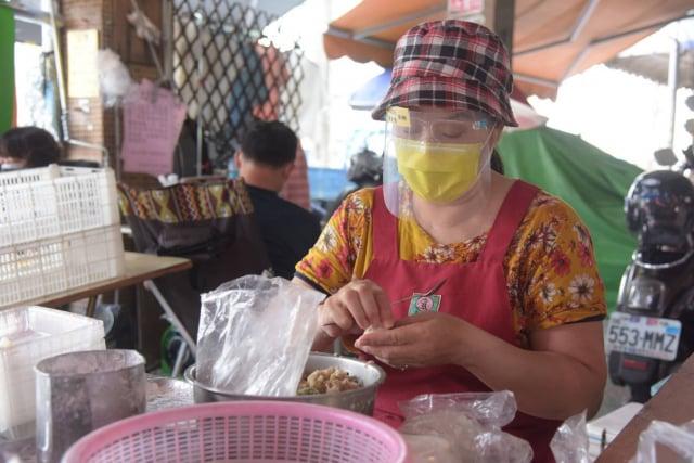 為避免傳統市場成為防疫破口,屏東縣政府派員在曾有確診足跡熱區的屏東、內埔、潮州、東港的傳統市場發放防護面罩。