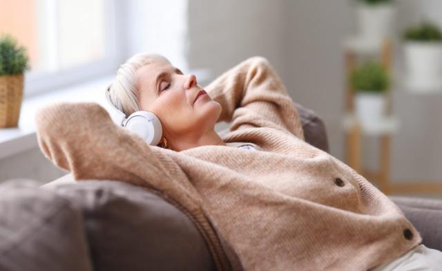 臺灣一項最新研究顯示,睡前聽音樂可以提高老年人的睡眠品質。(Shutterstock)