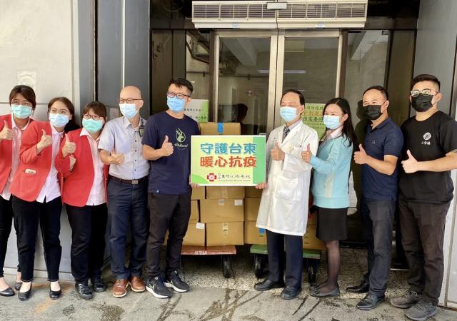行政院東部聯合服務中心媒合食物銀行,端午節前送粽子慰勞醫護人員。
