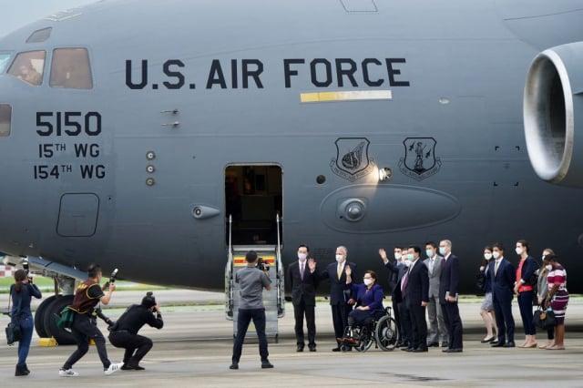 2021年6月6日,美國議員乘坐美國空軍「波音C-17環球霸王III」( C-17 Globemaster III)貨機抵達臺灣松山機場,這是美軍的主要戰略升降機。(Aden HSU/POOL/AFP)