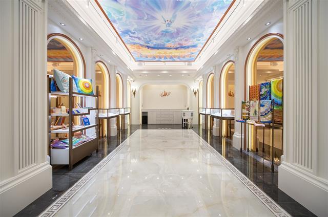 坐落在臺北國父紀念館旁,全球第一家Shen Yun Collections精品店正式開幕。(華彩精品提供)