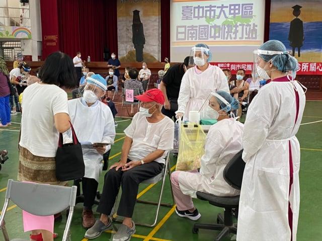6月15日於大甲日南國中,開展的第二輪的疫苗接種,主要針對85歲以上的老年長者,大甲區預計3天打完,每天可施打三、四百人。(何鐘德提供)