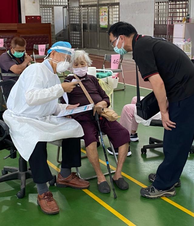 宏光診所何鐘德全力支援,6/15-6/17開設的臺中日南國中快打站,為老年市民施打疫苗。(何鐘德提供)
