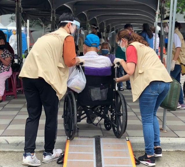 屏東縣大規模疫苗施打首日,縣府規劃「屏東模式」的貼心服務,讓家屬和長輩都備感親切。