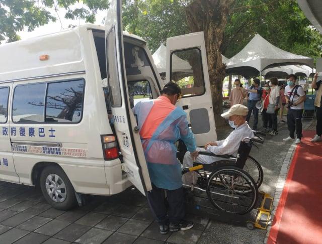 屏東縣大規模疫苗施打,長照專車、小黃公車、復康巴士免費接送服務。
