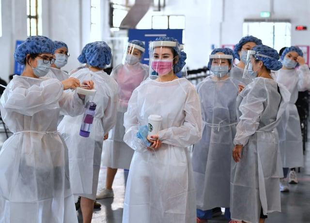 臺北國泰醫院在松菸設置接種站,16日負責的醫護人員準備展開施打作業。(中央社)