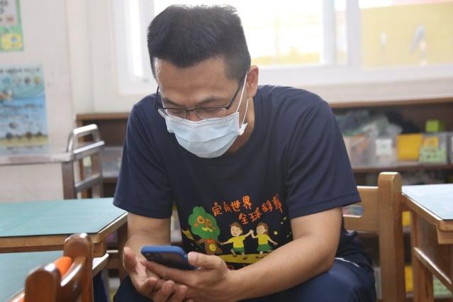 楊勛凱校長在線上陪伴孩子。