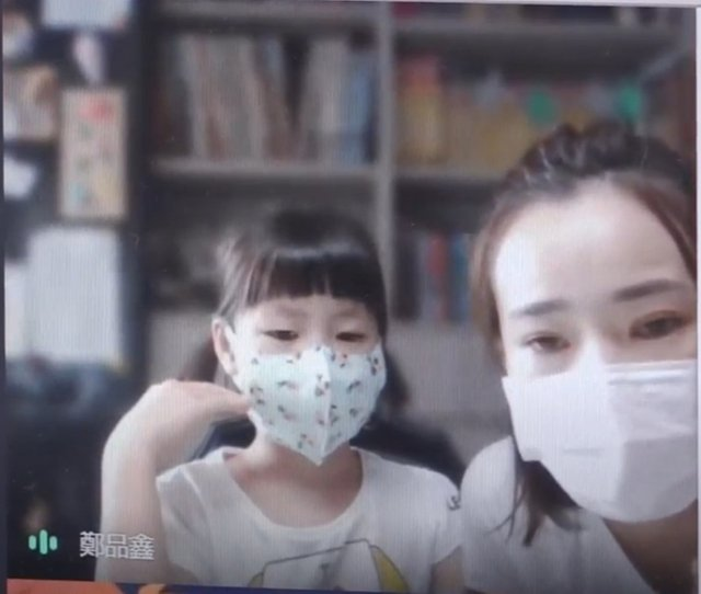 品鑫與媽媽線上受訪。