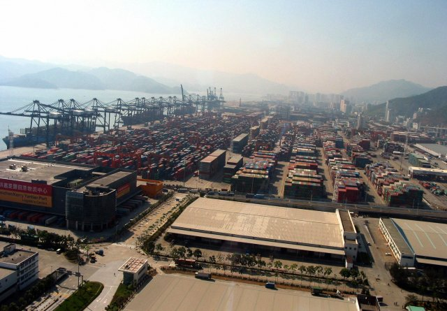 圖為中國廣東省的深圳港。(FRANCOIS BOUGON/AFP via Getty Images)