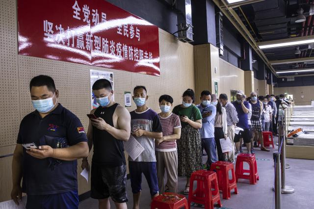 圖為中國民眾等待接種疫苗。(Getty Images)