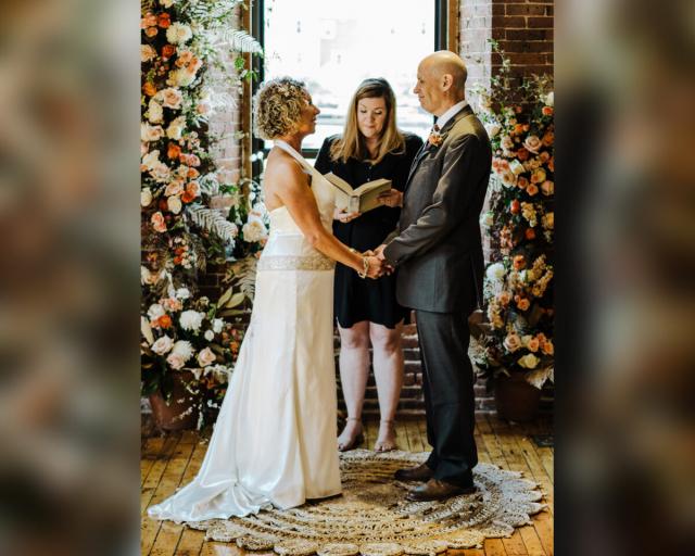 馬歇爾和麗莎在親朋好友的見證下,舉辦了「第二次婚禮」。(Cait Fletcher Photography、Dan Brehant Photography和Brehant Creations Events提供)