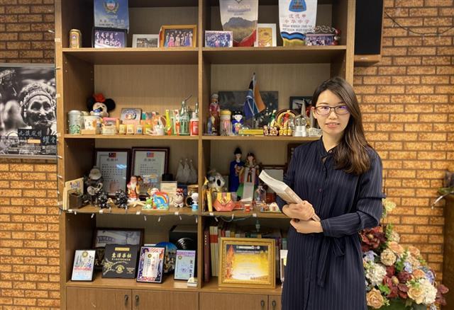 華語教師羅婷所展現的教學熱情,述說著臺灣華語文教師的人文素養,這是勝出中國籍華語師資的關鍵。(廖蔚尹/大紀元)