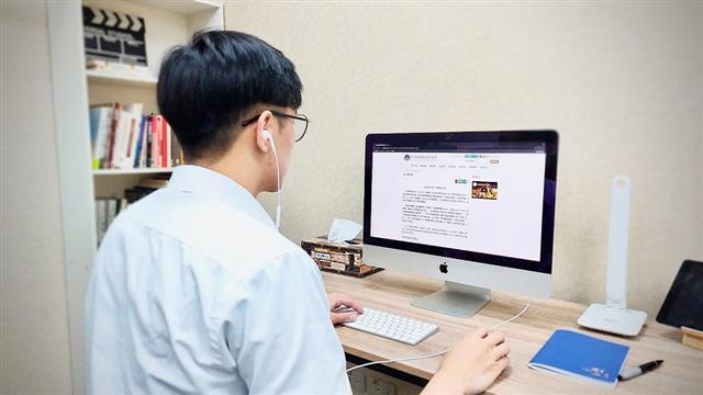 遠距教學需準備網路順暢的環境,備有電腦、麥克風設備、網路連線及軟體。(丹尼/大紀元)