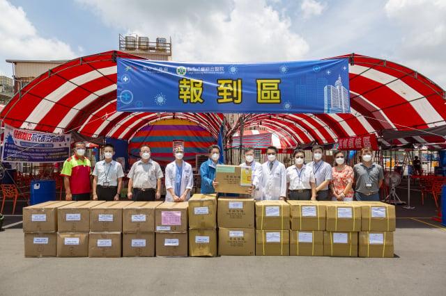 崇銘紡織陳俊嘉董事長(左五)代表捐贈防疫物資,童綜合童敏哲總院長(右六)代表受贈。(童綜合醫院提供)