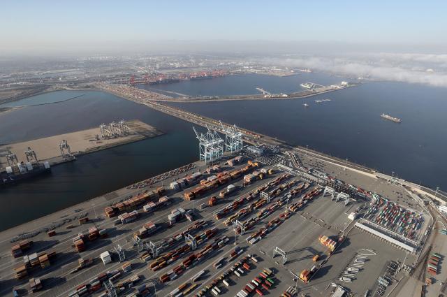 圖為美國洛杉磯港。(Mario Tama/Getty Images)