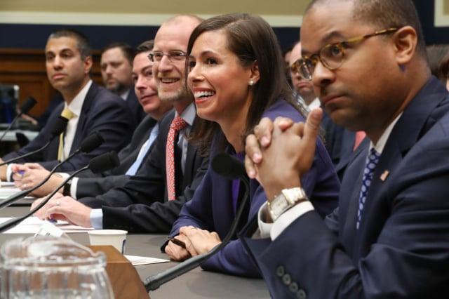 美國聯邦傳播委員會擬禁止電信系統使用華為等五家中國企業的設備。圖為聯邦傳播委員會代理主席羅森沃塞爾(右2)2019年12月5日在國會作證。(Chip Somodevilla/Getty Images)