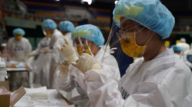 屏東縣18日起進行第二階段的疫苗施打,預計80歲至84歲的長者施打人數是2.2萬人。為讓疫苗發揮最大效益,縣府以「一滴都不能浪費」為最高原則。(屏東縣政府提供)