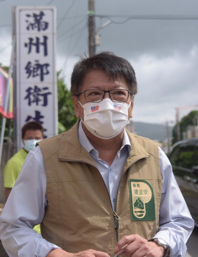 潘孟安特別戴上「台美微笑口罩」,感謝美國捐贈疫苗。