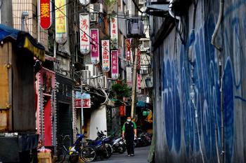 紅燈區如中國街 突顯防疫難題