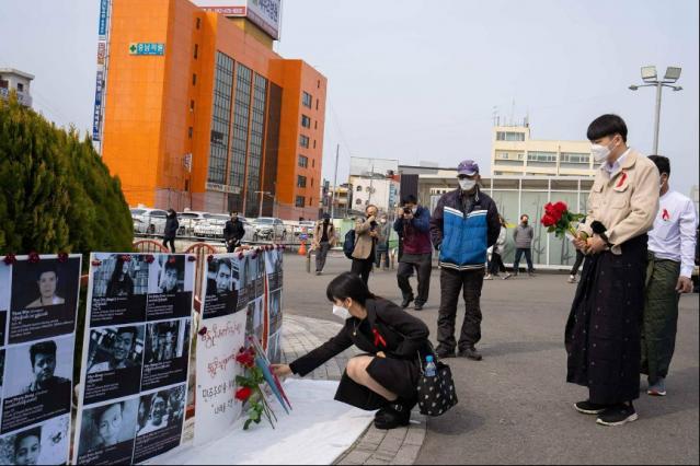 Moe(獻花者)在首爾悼念在示威中喪生的緬甸人。(受訪者提供)