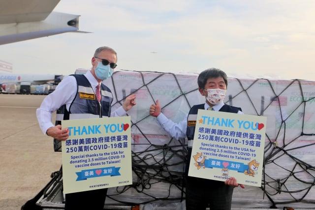 美國捐贈的250萬劑莫德納疫苗20日下午順利運抵臺灣 ,中央流行疫情指揮中心指揮官陳時中(右)說,要特別謝謝美國在台協會(AIT)處長酈英傑(左)這麼長時間來的協助 ,讓事情能夠順利成功。 (中央社)