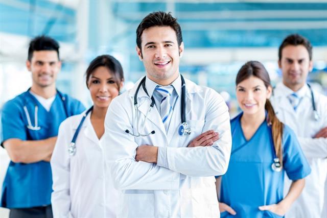 面對有疑慮之心血管疾病患者,都可以親自就診或運用現有的視訊診療、電話診療來讓醫師評估,除解除疑慮之外,更可確保自身健康安全。(Shutterstock)