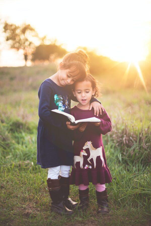 令人陶醉的書可能會使孩子們成為終身讀者。(Ben White/Unsplash)