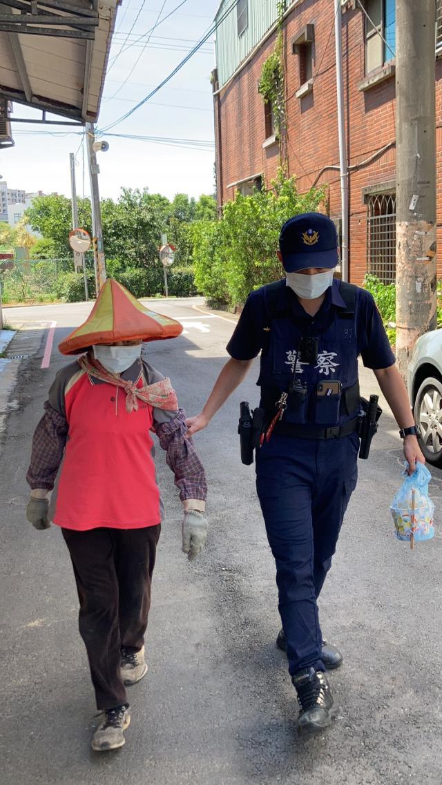 86歲老婦撿拾資源回收迷途,平鎮警護送返家。(桃園市平鎮警分局提供)
