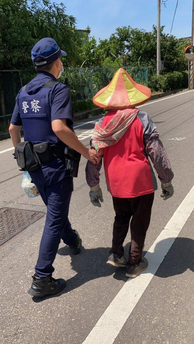 86歲老婦撿拾資源回收迷途,平鎮警護送返家。
