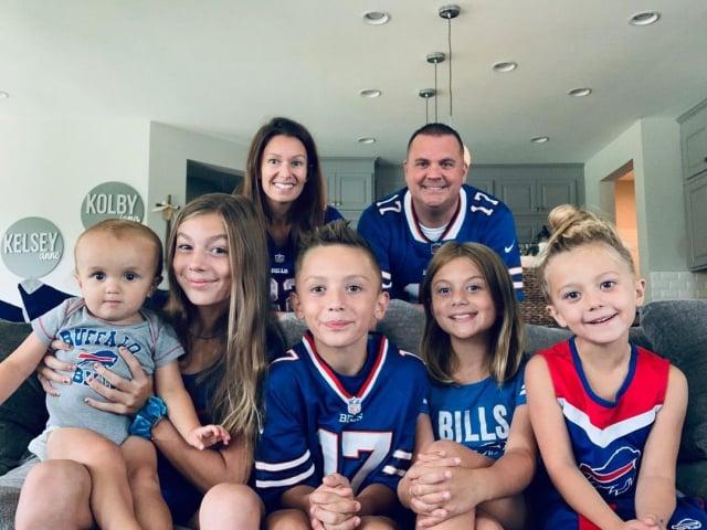 隆恩夫婦和他們五個孩子的全家福。(The Real Deal Parenting提供)