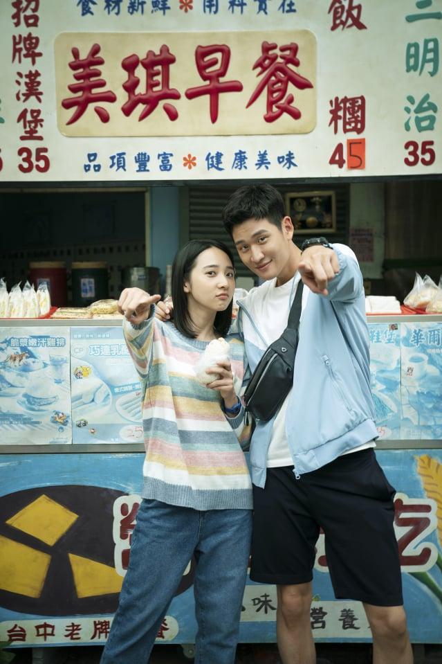 周興哲(右)首度演電影,和金鐘新人李沐(左)有許多對手戲。(華映娛樂提供)