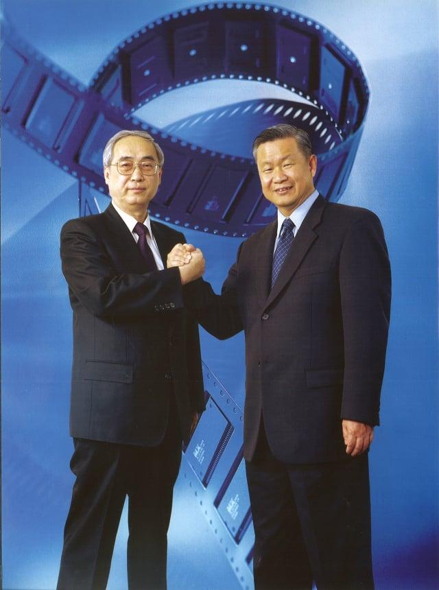 旺宏吳敏求董事長(右)緬懷前董事長胡定華博士(左)為台灣的貢獻與風範,捐贈陽明交通大學設立「胡定華講座」(歷史資料照片)。(國立陽明交通大學提供)