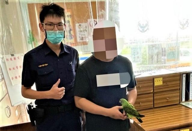 失主陳先生至派出所認領小鸚鵡,十分感謝警方協助找回寵物。