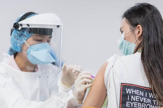 鄭文燦訪視航空公司機組人員施打疫苗。(桃園市府新聞處提供)