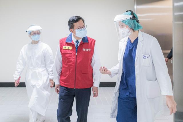 鄭文燦訪視航空公司機組人員施打疫苗。