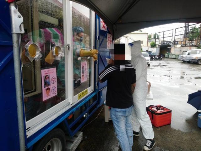屏東縣政府為防堵北農疫情延燒,啟動3處快篩站,22日共篩檢51人,全數陰性。