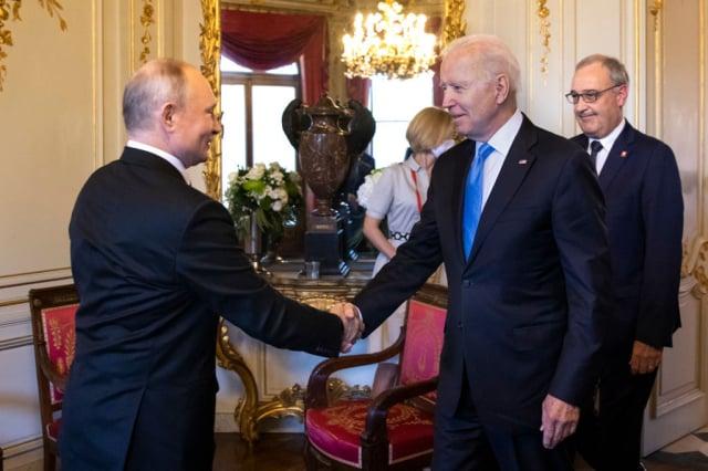 美國總統拜登(右前)6月16日與俄羅斯總統普亭(左)在日內瓦會面。(Klaunzer - Pool/Keystone via Getty Images)