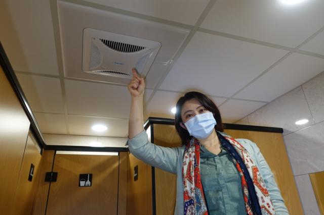 王家蓁指出,改善室內通風、加裝含有可過濾氣膠微粒的空氣清淨機及紫外光燈可降低COVID-19病毒擴散風險。(中山大學提供)