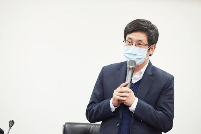 蔡適應與台灣萬事達捐贈防疫門。(蔡適應服務處提供)