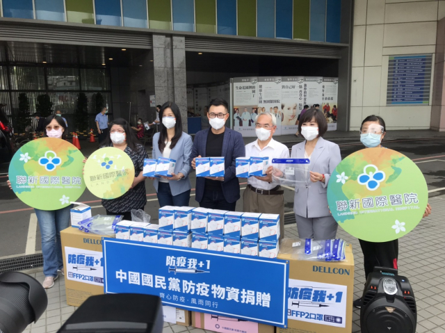 國民黨主席江啟臣一行,24日前往平鎮聯新國際醫院捐贈FFP2高防護口罩及面罩。(中國國民黨桃園市黨部提供)