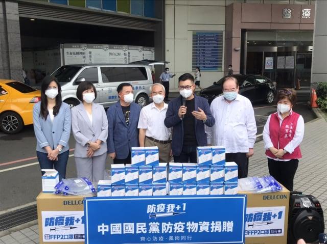 國民黨主席江啟臣一行,24日前往平鎮聯新國際醫院捐贈FFP2高防護口罩及面罩。