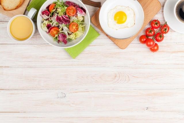 防疫期間不能只是把自己關在家裡,更要特別注意飲食多樣化、攝取足量的營養素。(123RF)