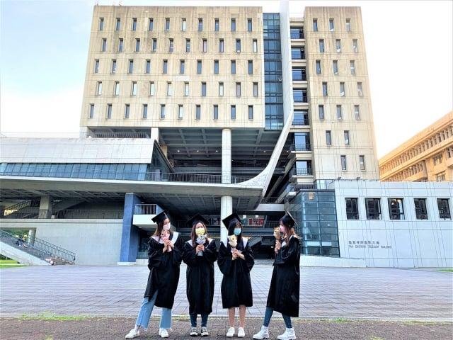 元智大學管理學院畢業生三五好友於校園內拍攝畢業照留念。