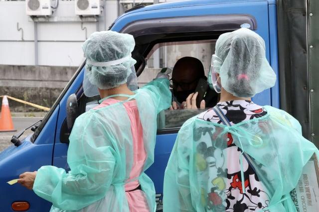 臺北農產公司群聚案共快篩5,104人,快篩陽性28人中有17人PCR陽性確診。(中央社)