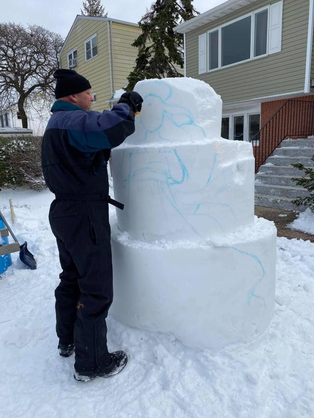 一位雕塑家在創作中。(Andy Gertler和Sue Beatrice提供)