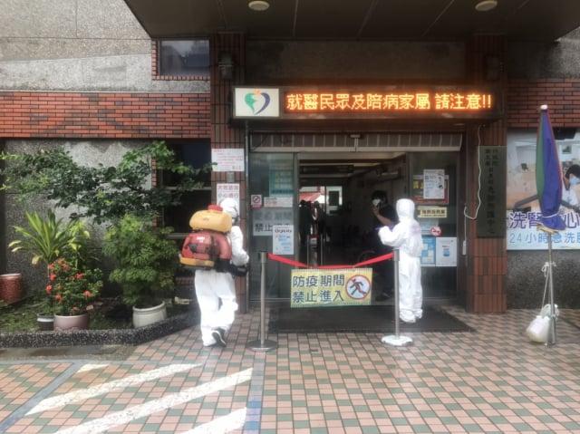 屏東2名確診者曾至枋寮醫院就醫,28日枋寮醫院停止急診和門診,進行全面大消毒。