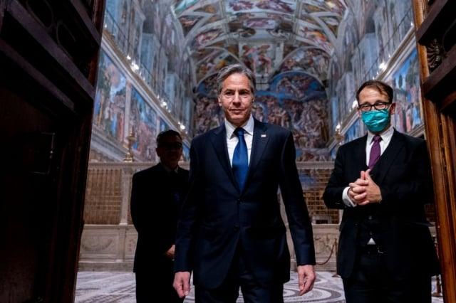 美國國務卿布林肯(左)6月28日訪問梵蒂岡,並且獲得教宗接見。圖為布林肯及幕僚在西斯汀教堂。(ANDREW HARNIK/POOL/AFP via Getty Images)